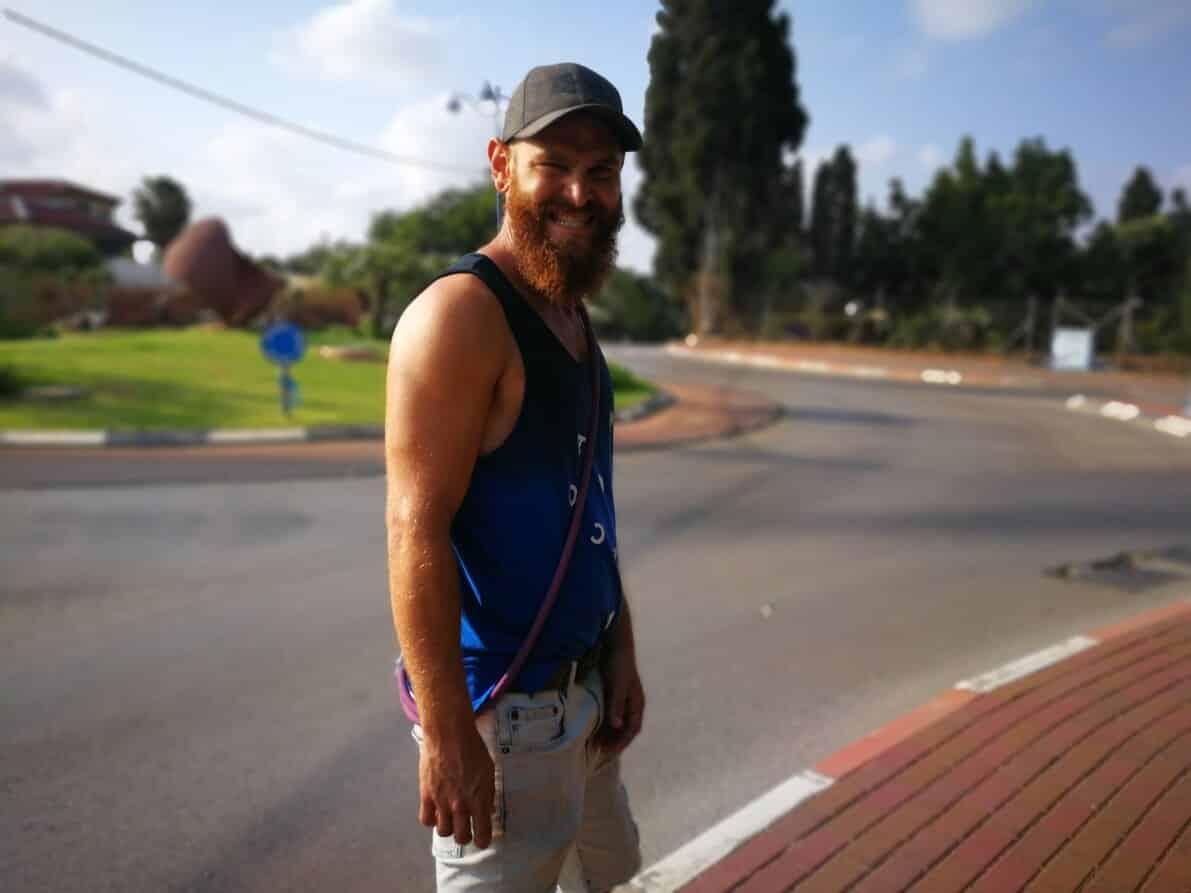 אברהם אגאן שישקוף מחייך ברחוב