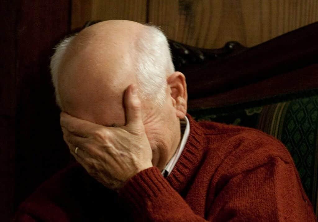 גבר מבוגר ומקריח עושה facepalm