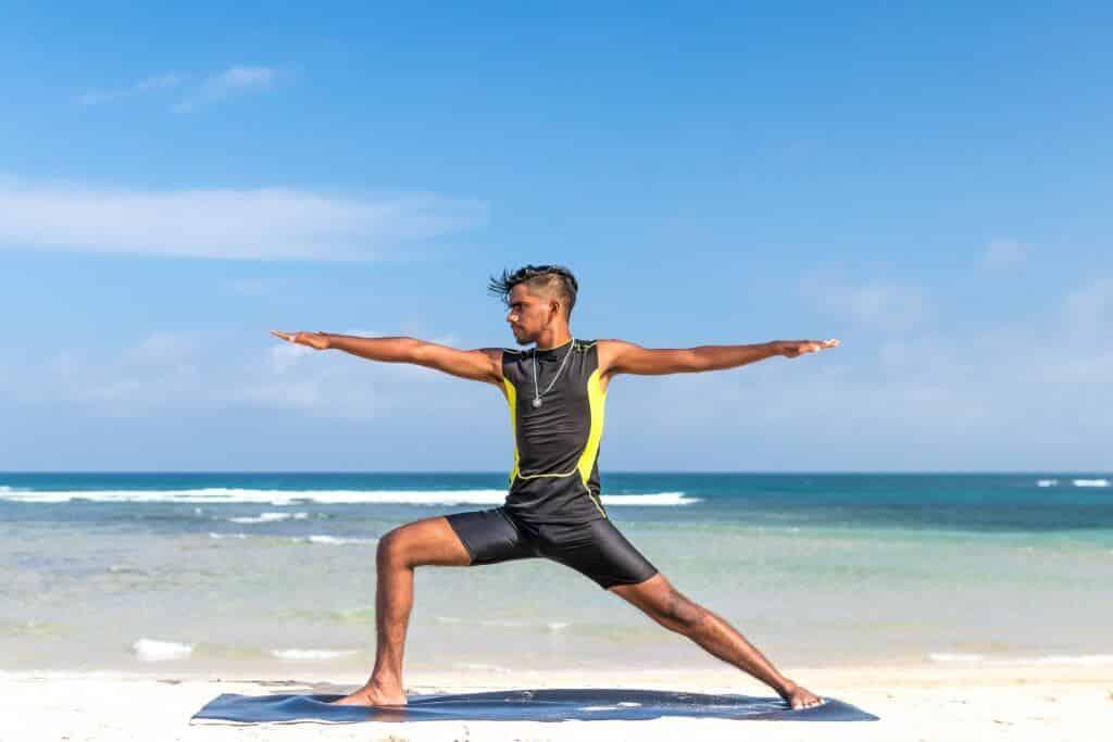 גבר עם זיפים מתאמן על חוף הים