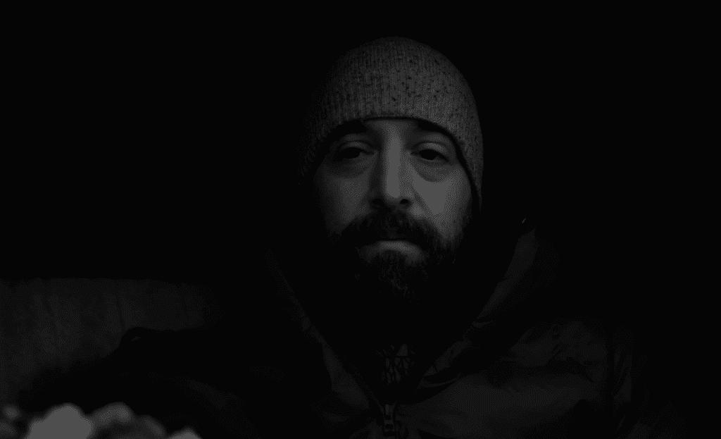 גבר עם זקן באפלה