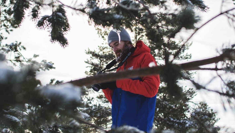 גבר עם זקן ומצלמה בחורף