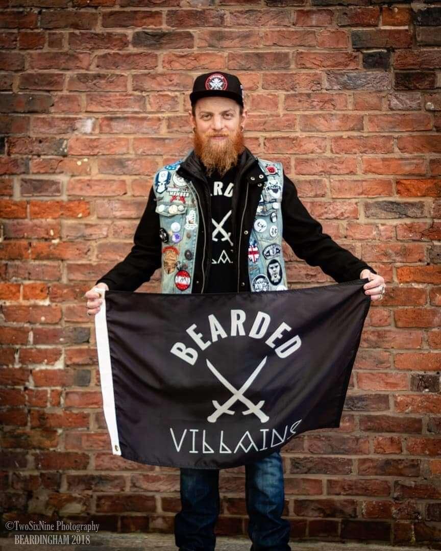 ולדיסלב סקורר עם דגל של Bearded Villains