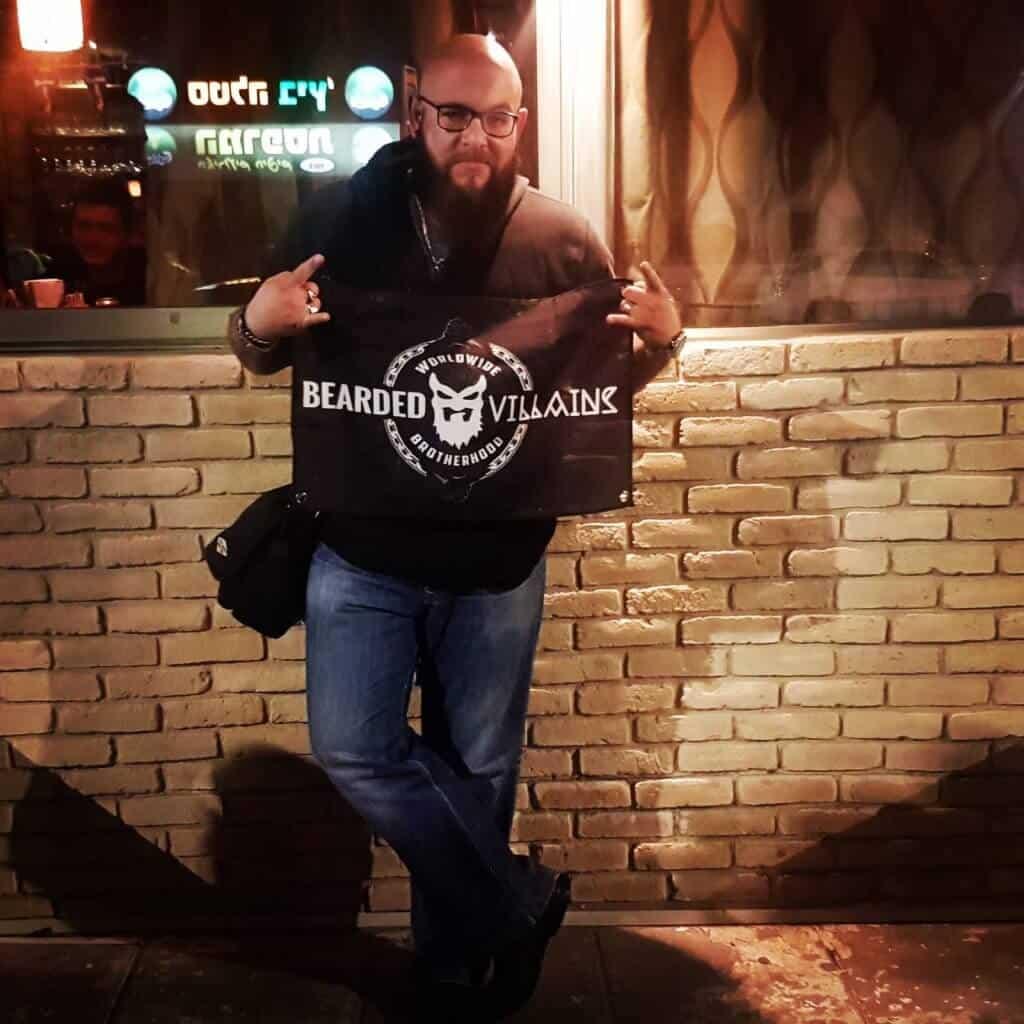 יעקב גודס עם סמל של bearded villains