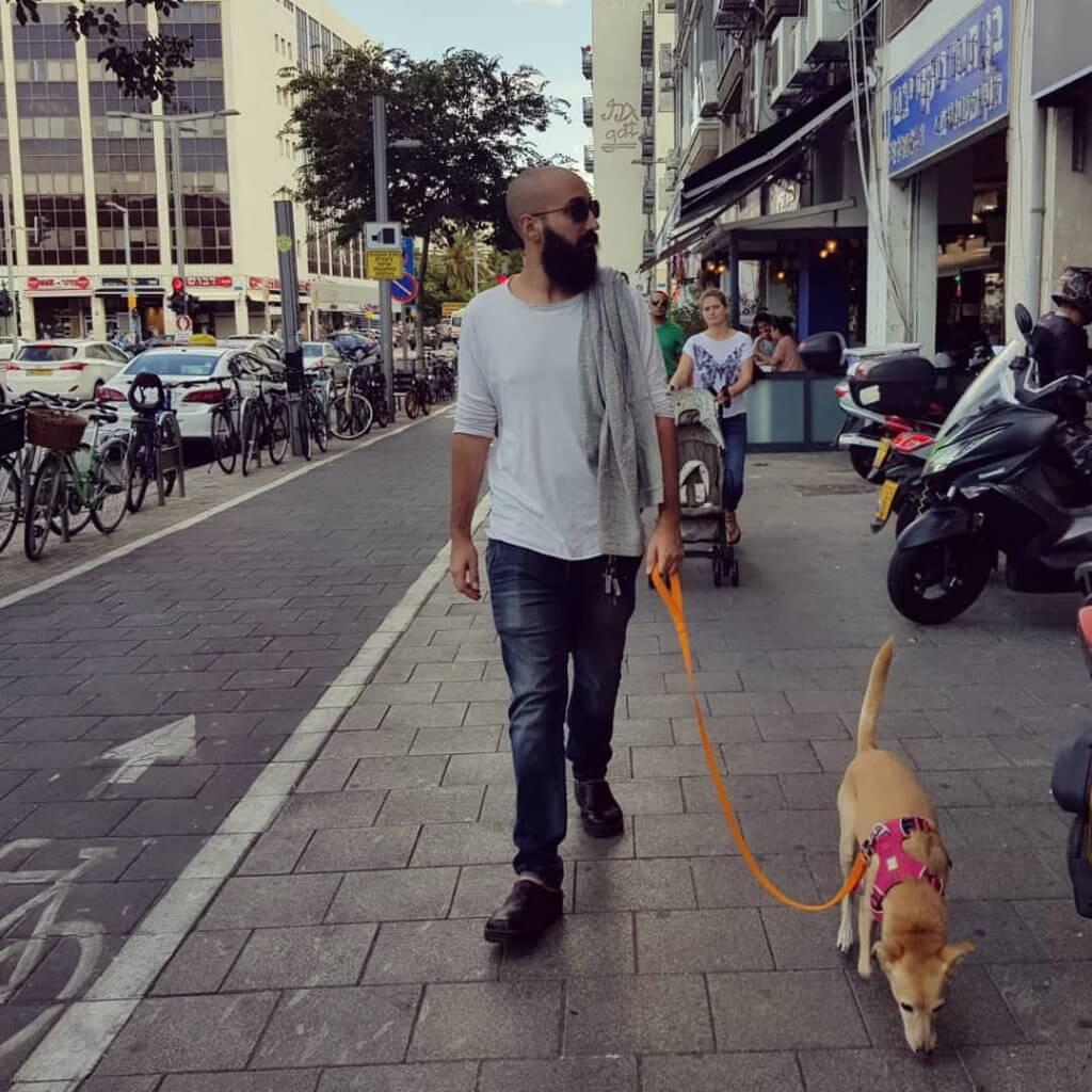 מתן בר מטייל עם הכלב בחוץ