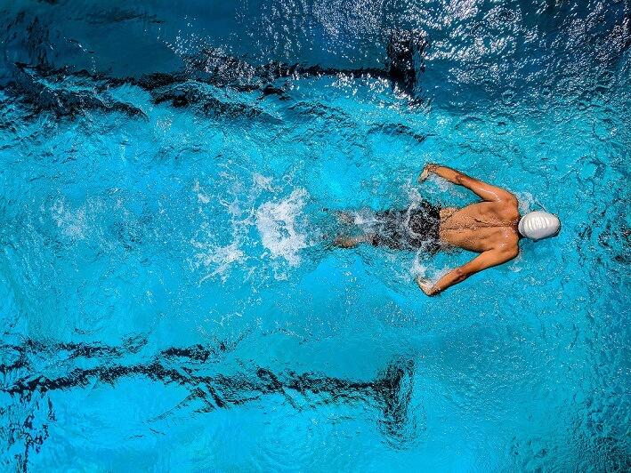 שחיין שוחה בריכה עם כלור