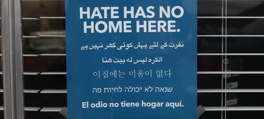 שלט שכתוב עליו בשפות שונות שנאה לא יכולה לחיות פה